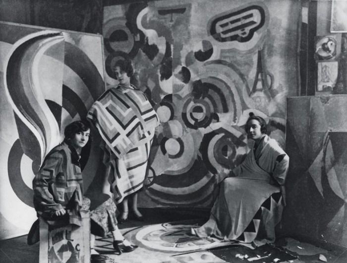 Sonia-Delaunay-y-dos-amigas-en-el-estudio-de-Robert