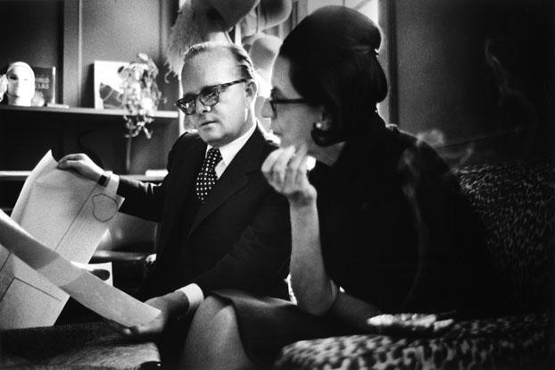 Truman-Capote-escritor-y-colaborador-de-Vogue-discutiendo-un-proyecto-con-Diana-Vreeland-in-1965.-©-James-Karales